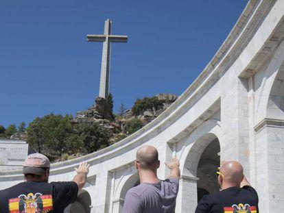 Três pessoas fazem a saudação fascista no Vale dos Caídos, nesta sexta-feira.