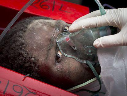 Mulher é transportada em uma maca depois de ter ficado presa durante seis dias sob os escombros de um edifício que caiu em Nairóbi (Quênia), em 5 de maio de 2016.