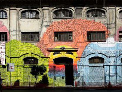 Obra do grafiteiro Blu na rua do Porto Fluviale, no bairro romano de Ostiense.
