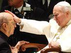 Juan Pablo II bendice a Marcial Maciel, fundador de los Legionarios de Cristo, en 2004.