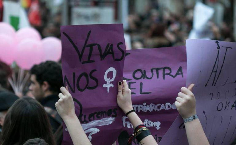 Manifestantes em um protesto às vésperas do Dia Internacional da Mulher, em Andalucía, na Espanha.