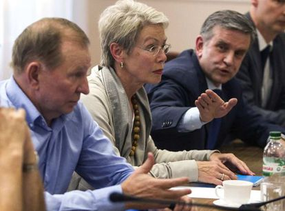 O ex-presidente ucraniano Leonid Kutchma, a embaixadora da OSCE, Heidi Tagliavini e o embaixador russo na Ucrânia, Mikhail Zurabov.
