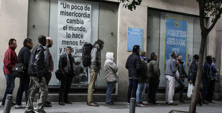 Fila formada na última quinta-feira em um refeitório social em Madri.