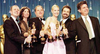 Harvey Weinstein (terceiro a partir da esquerda, ao lado de Gwyneth Paltrow) com a equipe de 'Shakespeare Apaixonado' no Oscar de 1999. A gigantesca campanha de promoção de Weinstein fez com que 'Shakespeare Apaixonado' arrebatasse a vitória de 'O Resgate do Soldado Ryan'.