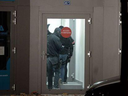 A polícia inspeciona um edifício de Estrasburgo.
