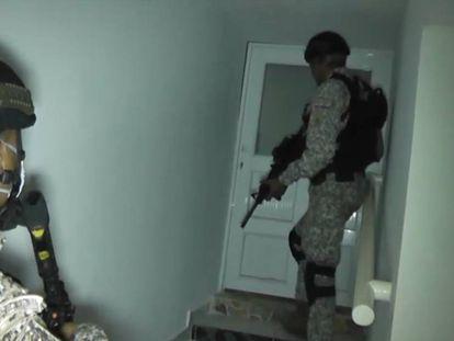 Agentes da polícia entram nos quartos do lugar.