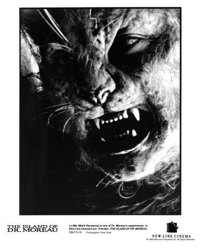Cartaz promocional de 'A ilha do Dr. Moreau' com o ator Mark Dacascos caracterizado como uma das estranhas criaturas do filme.