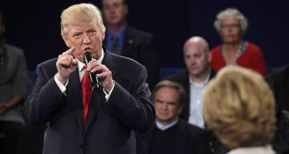 Donald Trump ataca Hillary Clinton durante um debate.