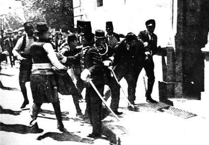 Atentado de Sarajevo: a detenção de Gavrilo Princip (2º. à dir.), responsável pelo assassinato de Franz Ferdinand em Sarajevo, em 28 de junho de 1914, fato que provocou o início da Primeira Guerra Mundial.
