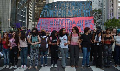 Mulheres protestam contra PEC 181 que pode criminalizar o aborto, na Avenida Paulista, em novembro de 2017