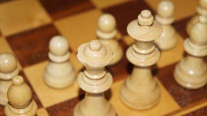 Várias figuras em um tabuleiro de ajedrez.