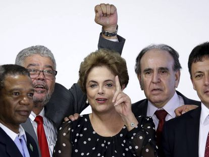 Rousseff, rodeada de colaboradores, em abril