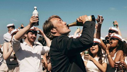 O ator Mads Mikkelsen em uma cena 'Druk', indicado ao Oscar de melhor filme em língua estrangeira.