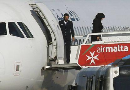Os primeiros passageiros são liberados do avião.