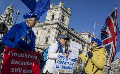 Partidários da permanência na UE protestam nesta quarta-feira diante do Parlamento, em Londres.