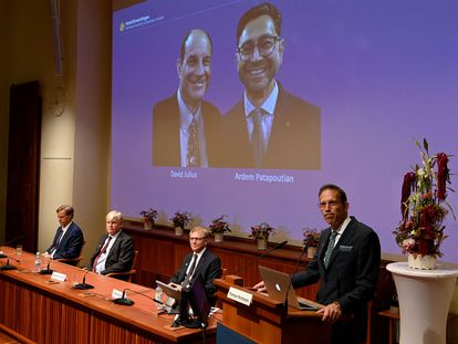 Thomas Perlmann, secretário dos prêmios Nobel (no púlpito), anuncia os premiados em Medicina. Na mesa: David Julius (à esquerda) e Ardem Patapoutian.