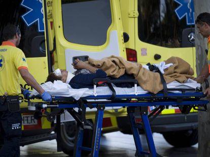 Um homem é atendido pelos serviços de emergência depois do atentado.