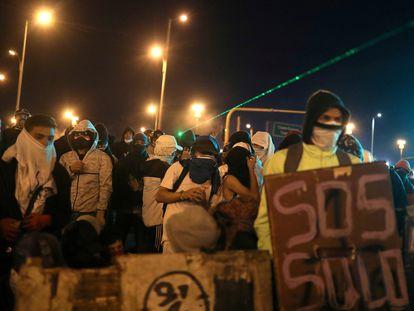 Jovens protestam em Bogotá na segunda-feira, 10 de maio.