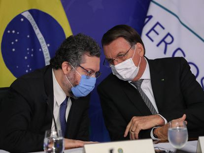 Bolsonaro conversa com o chanceler Araújo durante cúpula do Mercosul.