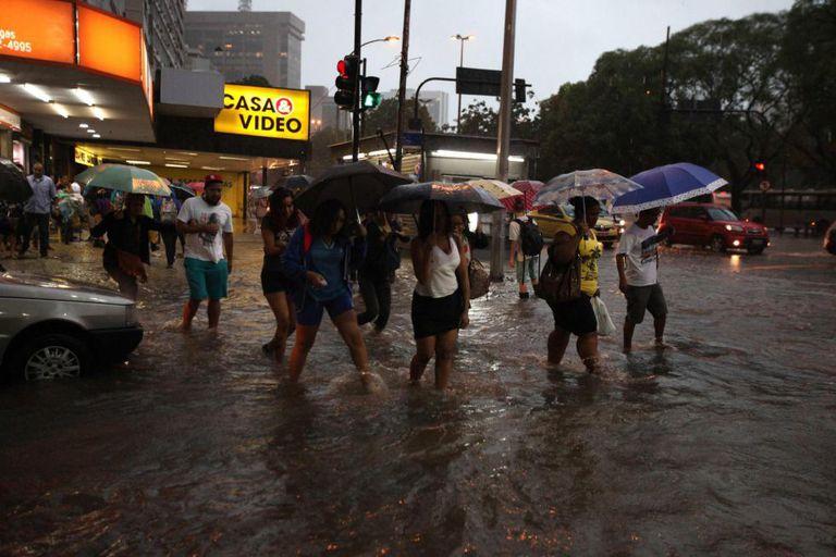 A chuva alagou, entre outros, o bairro de Botafogo, no Rio.