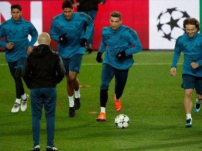 Jogadores do Real Madrid treinam às vésperas do jogo contra o PSG no estádio Parc des Princes de Paris.