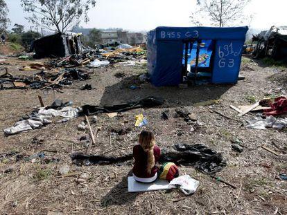 Uma mulher observa os escombros do Copa do Povo.
