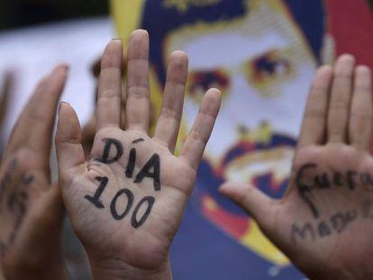 Manifestantes lembram dos 100 dias de protestos na Venezuela.
