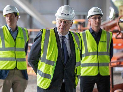 Boris Johnson durante visita a um centro de produção de vacinas em Didcot (Inglaterra) na sexta-feira.