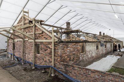 Os pavilhões de Auschwitz II-Birkenau foram construídos com tijolo e estão muito deteriorados. Hoje, são submetidos a um processo de restauração, protegidos por imensas lonas brancas.