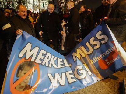 Cartaz do partido AfD pedindo a renúncia de Merkel, em frente à Chancelaria, em Berlim.