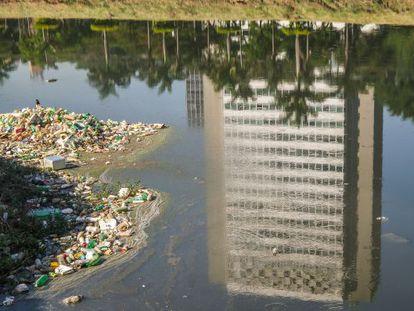 Excesso de lixo no Rio Pinheiros.