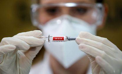 Enfermeira segura frasco com a vacina Coronavac no hospital São Lucas, em São Paulo