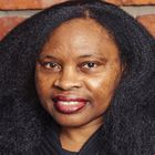 """Lalia Toure, 52 años. Nació en el Sahel (África), explica que en su tierra cada tribu tiene sus tradiciones respecto al cabello y que en algunas culturas cierto peinado significa que la persona se acaba de casar o que ha dado a luz. Cuando era una veinteañera se mudó a Estados Unidos, donde tiene que cambiar su peinado """"para ser aceptada"""", dice."""