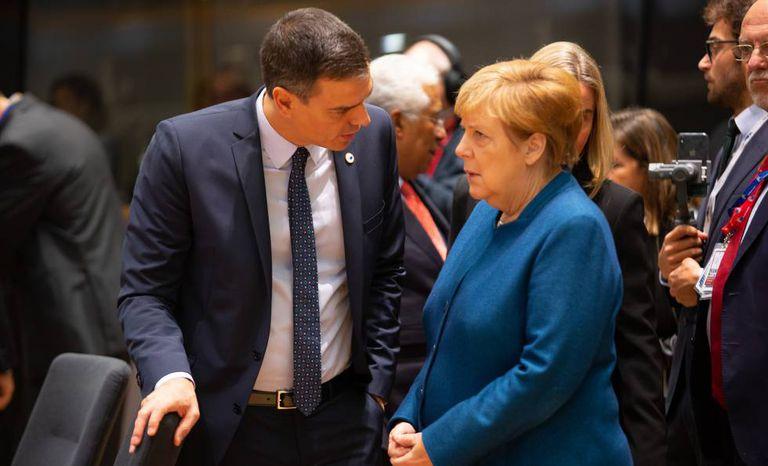 O primeiro-ministro espanhol, Pedro Sánchez, fala com a chanceler alemã, Angela Merkel, na reunião de líderes da UE de outubro.