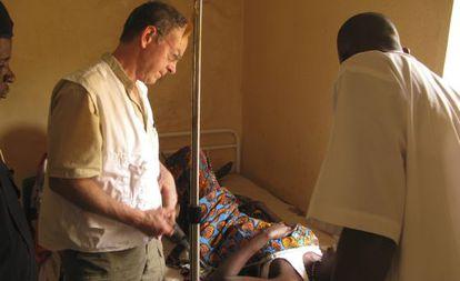 O falecido Richard Rockefeller em um hospital na Nigéria.
