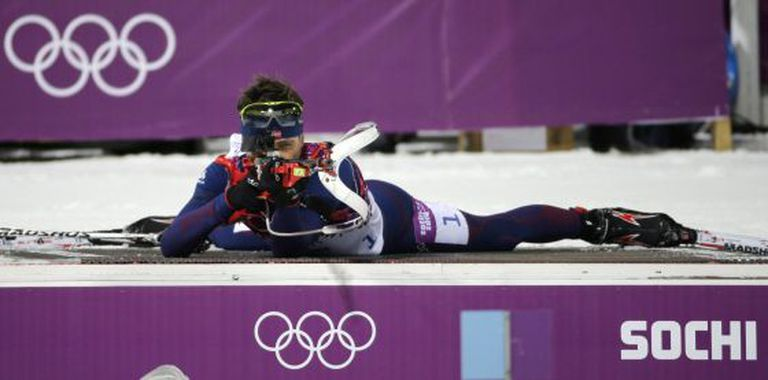 Bjoerndalen dispara durante a prova de biatlo.