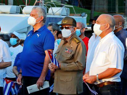 O presidente cubano, Miguel Díaz-Canel (esquerda), e Raúl Castro participam neste sábado, em Havana, de um ato de apoio à revolução