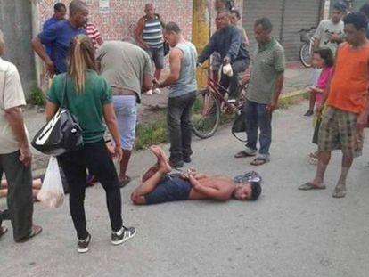 A cena antes de Patrick, no chão, ser executado.