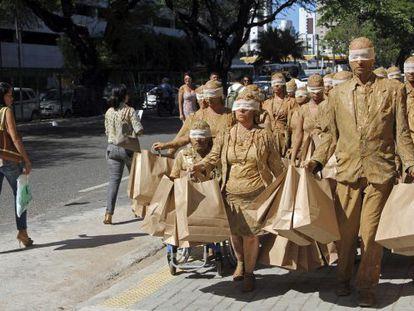 Estudantes de comunicação durante uma performance em São Paulo.