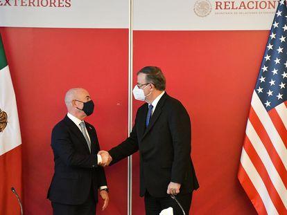 O chanceler Marcelo Ebrard e o secretário de Segurança Doméstica dos Estados Unidos, Alejandro Mayorkas, após uma reunião na Cidade do México.
