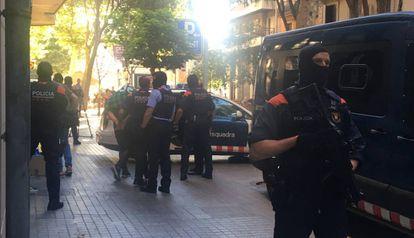 Policiais conduzem um dos detidos, no café Santa Lucía, em Barcelona.