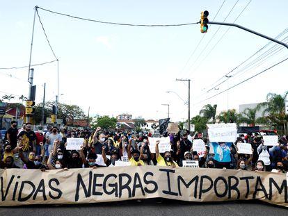 Manifestantes protestam contra o racismo e a brutal morte de João Alberto Silveira Freitas em Porto Alegre.