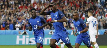 Pogba comemora seu gol: França 2 a 0 na Islândia.