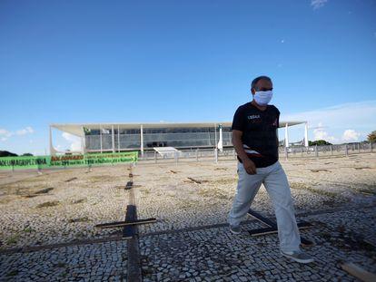 Protesto contra o presidente Jair Bolsonaro em meio à crise do coronavírus, em frente ao Palácio do Planalto em Brasília.