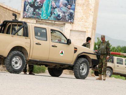 Soldados vigiam o lugar do ataque, na sexta-feira.