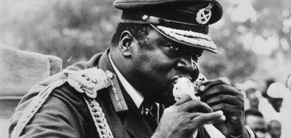 O ditador ugandense Idi Amin traça um franguinho.