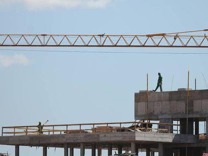 Trabalhadores do setor da construção civil.