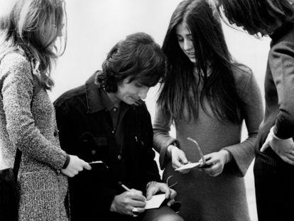 O cantor concede autógrafos em Milão, na Itália, em 1971.