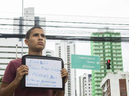 William Douglad, na rua em que pediu dinheiro no Recife.