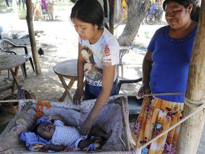Mulher cuida do filho na comunidade wichi de San Luis, situada em uma curva do rio Pilcomayo, no extremo nordeste de Salta, em dezembro de 2016.